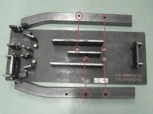 1 Le spine devono entrare nei fori (entrambi cerchiati in rosso) per controllare che i fori siano stati realizzati correttamente